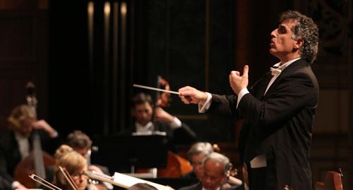 TIM DOUGHERTY, L'Orchestra Sinfonica di Santa Barbara per l'esecuzione della prima mondiale di 'Machpelah' di Cristian Carrara, «Noozhawk», 16 Dicembre 2015